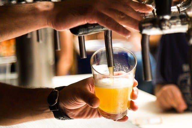 喝啤酒時用的啤酒杯